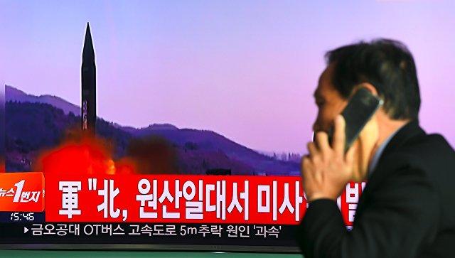 Телевизионный выпуск новостей о запуске северокорейской ракеты на мониторе железнодорожной станции в Сеуле