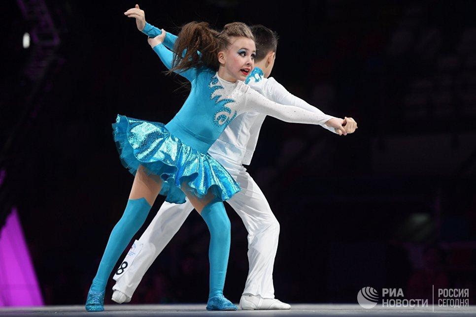 Спортсмены Артем Колосов и Софья Путинцева во время всероссийских соревнований по акробатическому рок-н-роллу Rock'n'Roll &CO. в Москве
