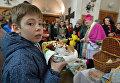 Прихожане в костеле Святой Троицы в Минске во время освящения пасхальной пищи в Великую субботу