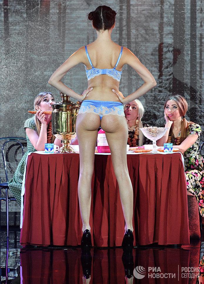 Дефиле Девчата на выставке модного белья, купальников и домашней одежды Lingerie Fashion Week весна 2017