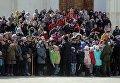 Зрители во время первой в этом году церемонии развода пеших и конных караулов на Соборной площади Московского Кремля