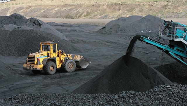 Погрузчик на угольном складе обогатительной фабрики Каскад ОАО Кузбасская топливная компания в Кемеровской области