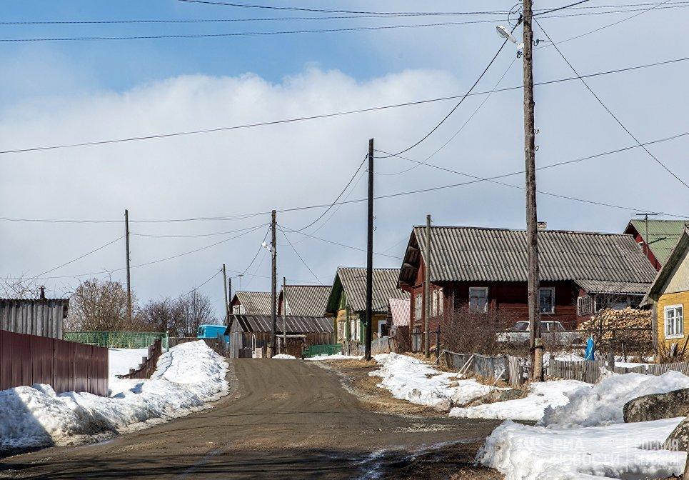 Улица с жилыми домами в деревне Угмойла Пряжинского района Карелии