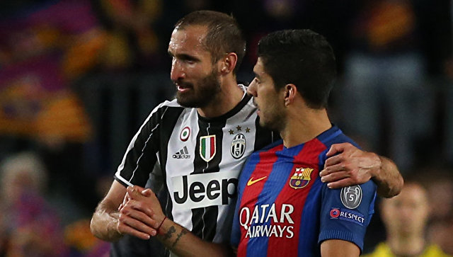 Нападающий Барселоны Луис Суарес (справа) и защитник туринского Ювентуса Джорджо Кьеллини после матча 1/4 финала Лиги чемпионов. 19 апреля 2017