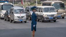 Регулировщица на одной из улиц в Пхеньяне. Архивное фото