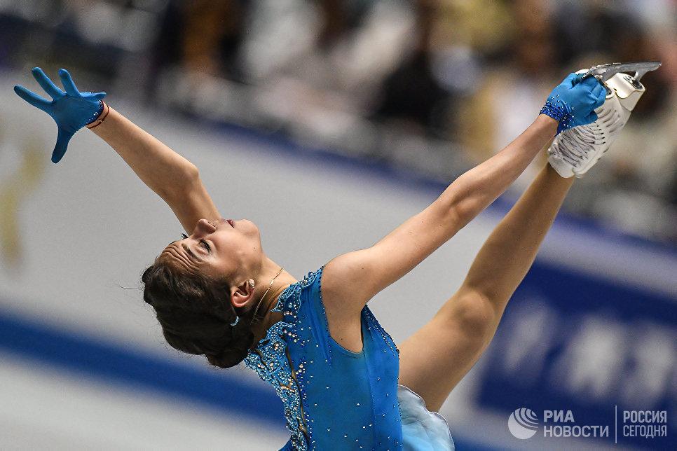 Евгения Медведева (Россия) выступает в короткой программе женского одиночного катания на командном чемпионате мира по фигурному катанию в Токио