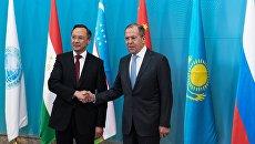 Министр иностранных дел Республики Казахстан Кайрат Абдрахманов и министр иностранных дел РФ Сергей Лавров перед началом заседания Совета министров иностранных дел ШОС в Астане. 21 апреля 2017