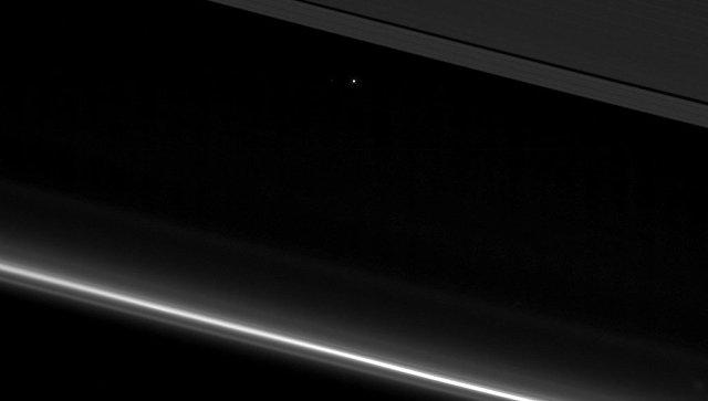 Портрет Земли и Луны, полученный Кассини во время последнего пролета через кольца Сатурна