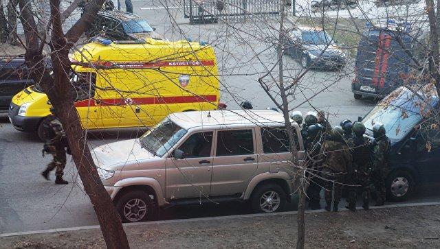 Бойцы СОБРа недалеко от здания здания приемной Управления ФСБ России по Хабаровскому краю, в котором неизвестный открыл огонь по сотрудникам и посетителям. 21 апреля 2017