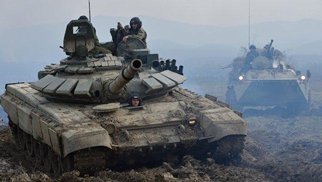 Танк Т-72Б3 (слева) и БТР-82А на батальонных тактических учениях с боевой стрельбой отдельной мотострелковой бригады Южного военного округа