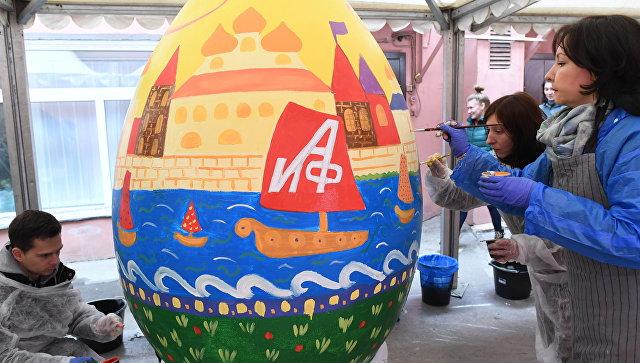 Участники расписывают пасхальные яйца на арт-фестивале МедиаПасха в Москве. Архивное фото