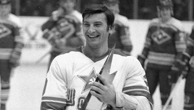 Вратарь сборной СССР по хоккею с шайбой Владислав Третьяк с Кубком Канады