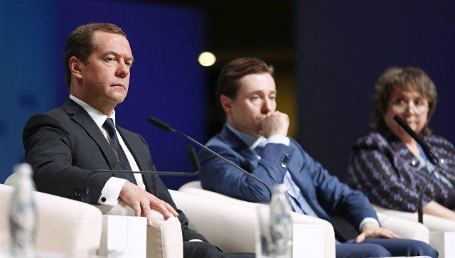 Медведев поддержал предложение чаще присваивать областным артистам почетные звания