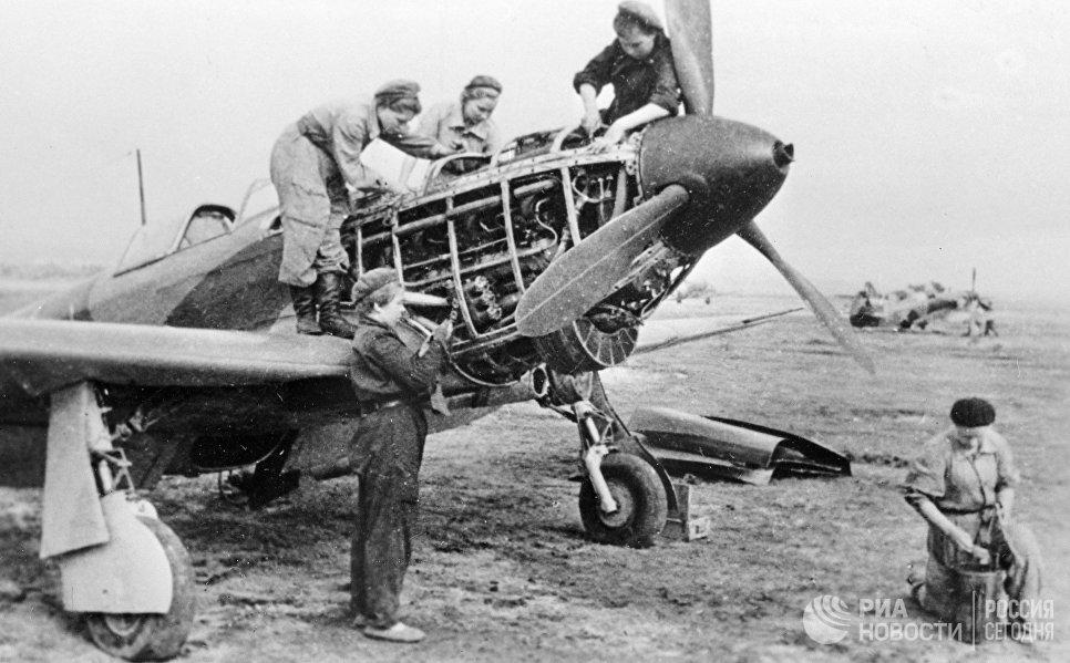 Техники 586-го истребительного авиационного полка готовят самолет к полету во время Великой Отечественной войны