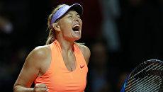 Мария Шарапова радуется победе в матче первого круга одиночной встречи против Роберты Винчи в матче WTA Porsche Tennis Grand Prix 2017 в Штутгарте