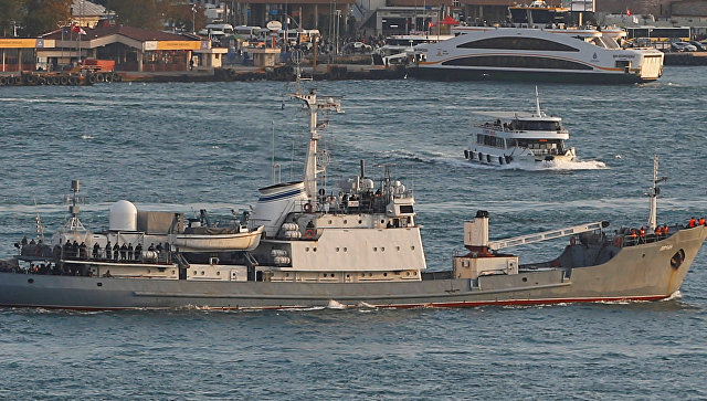 Исследовательское судно Черноморского флота России Лиман в проливе Босфор