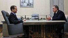 Председатель правительства РФ Дмитрий Медведев и заместитель председателя правительства РФ Виталий Мутко во время встречи. 28 апреля 2017