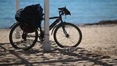 Велосипед на пляже в Евпатории. Архивное фото