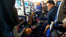 Подкинуло до потолка – пассажирка попавшего в турбулентность самолета о ЧП