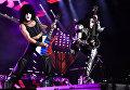 Музыканты группы Kiss Пол Стэнли и Джин Симмонс выступают на концерте в СК Олимпийский в Москве