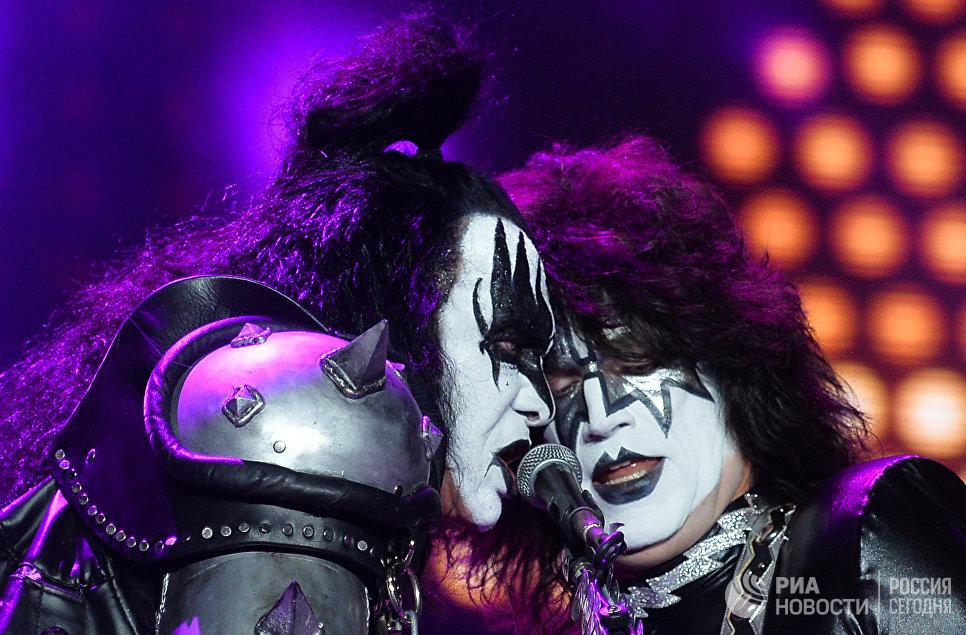 Музыканты группы Kiss Томми Тайер и Джин Симмонс выступают на концерте в СК Олимпийский в Москве