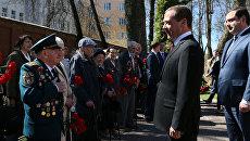 Председатель правительства РФ Дмитрий Медведев во время встречи в Смоленске с ветеранами Великой Отечественной войны, 3 мая 2017