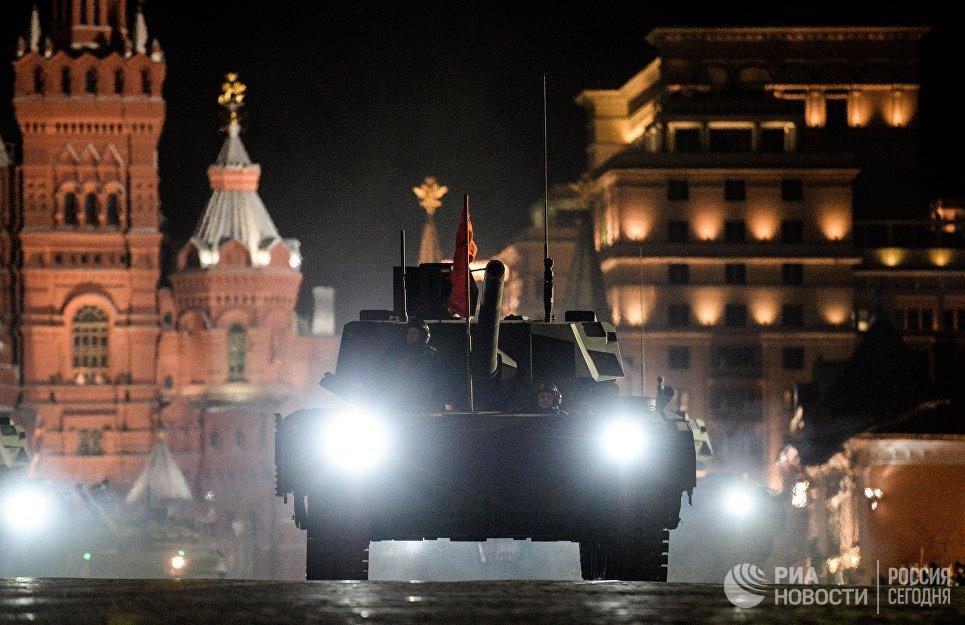 Танк Т-14 Армата на репетиции парада Победы на Красной площади в Москве