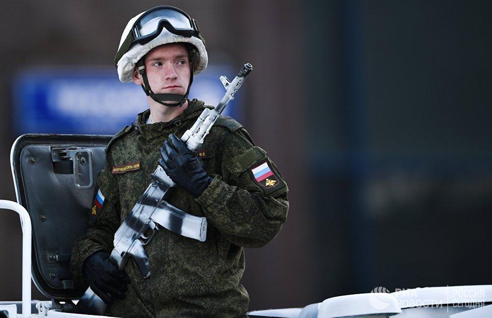 Военнослужащий во время прохода техники по Тверской улице перед репетицией парада Победы на Красной площади