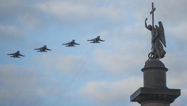 Истребители-бомбардировщики Су-34 в небе над Дворцовой площадью Санкт-Петербурга во время тренировки воздушной части парада Победы. Архивное фото