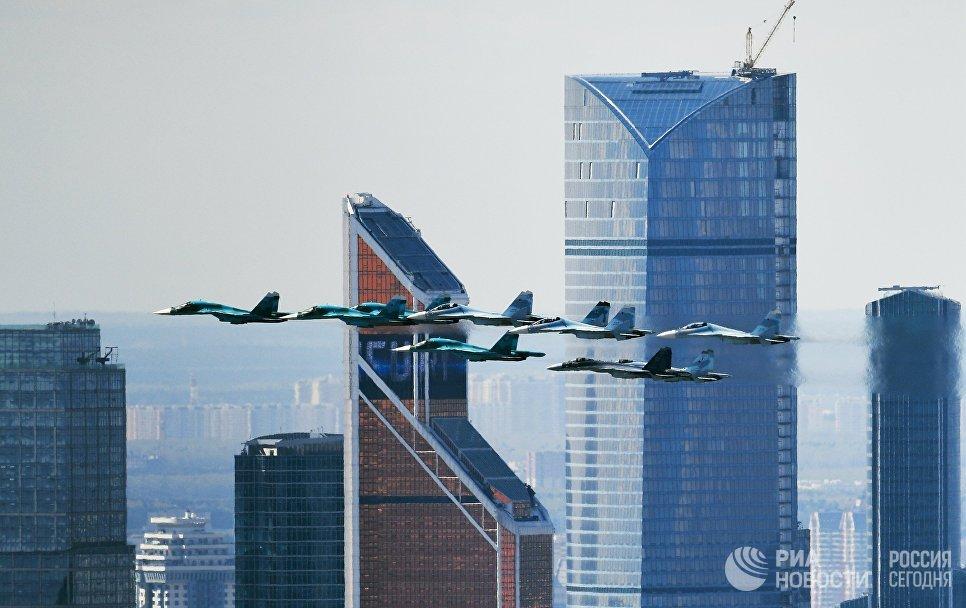 Истребители Су-35, Су-27 и Су-34 на репетиции воздушной части парада Победы в Москве