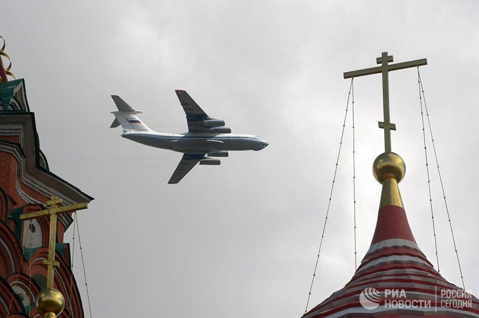 Самолет Ил-76 пролетает над Красной площадью во время репетиции воздушной части Парада Победы.