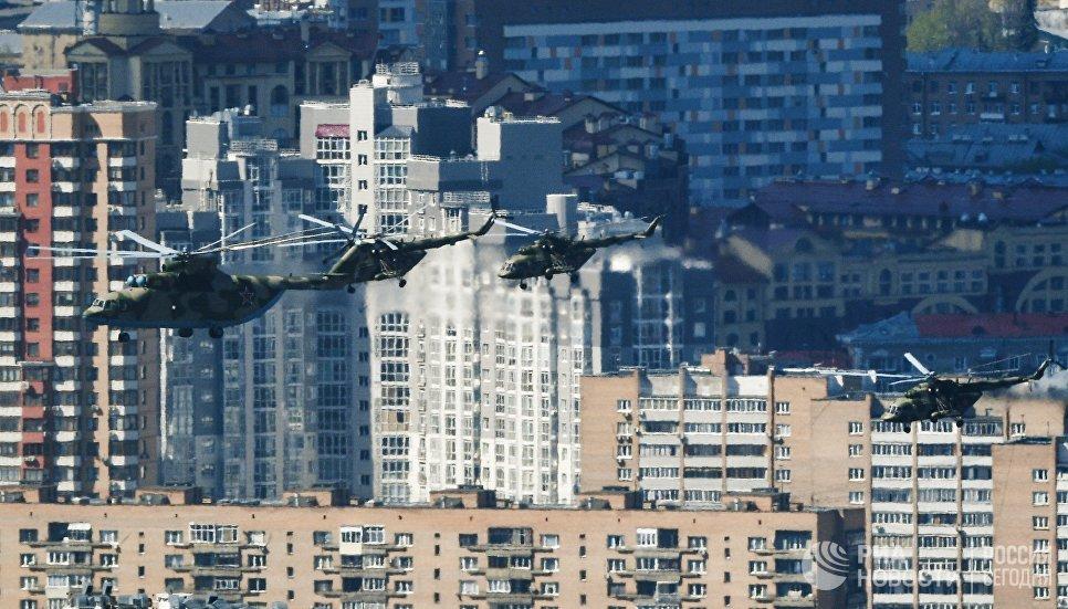 Тяжелый транспортный вертолет Ми-26 и многоцелевые вертолёты Ми-8 на репетиции воздушной части парада Победы в Москве