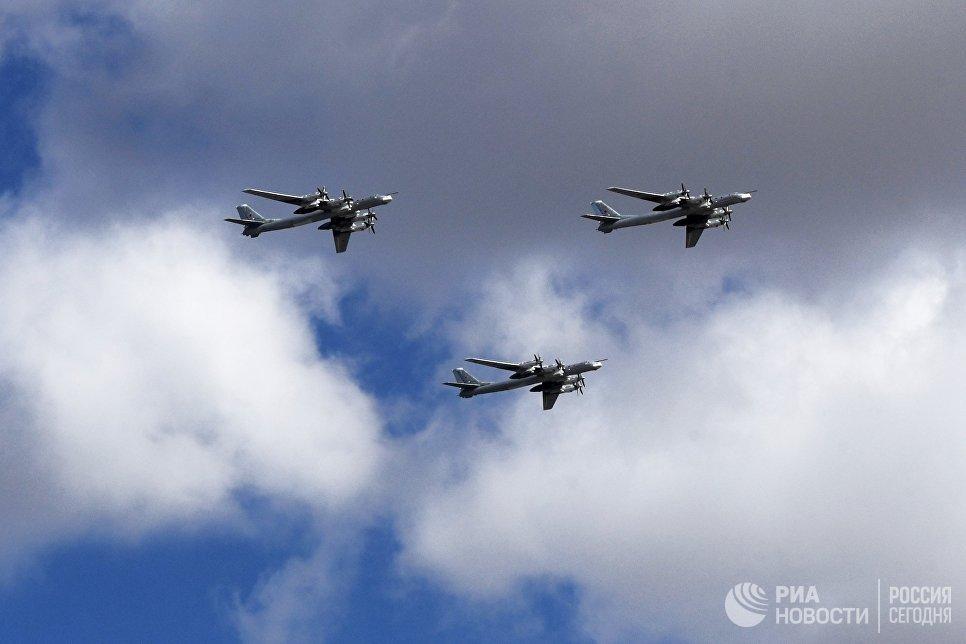 Стратегические бомбардировщики-ракетоносцы Ту-95 МС на репетиции воздушной части парада Победы в Москве