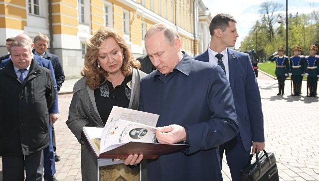 Президент РФ Владимир Путин перед началом церемонии открытия креста в память о великом князе Сергее Александровиче в Кремле. 4 мая 2017