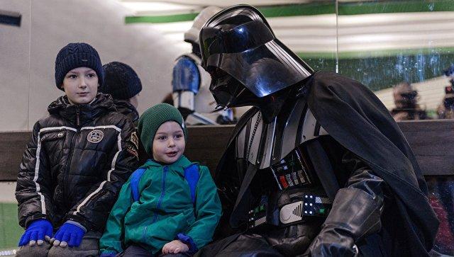 Дарт Вейдер общается с детьми в день Звездных войн на станции Лермонтовский проспект московского метрополитена