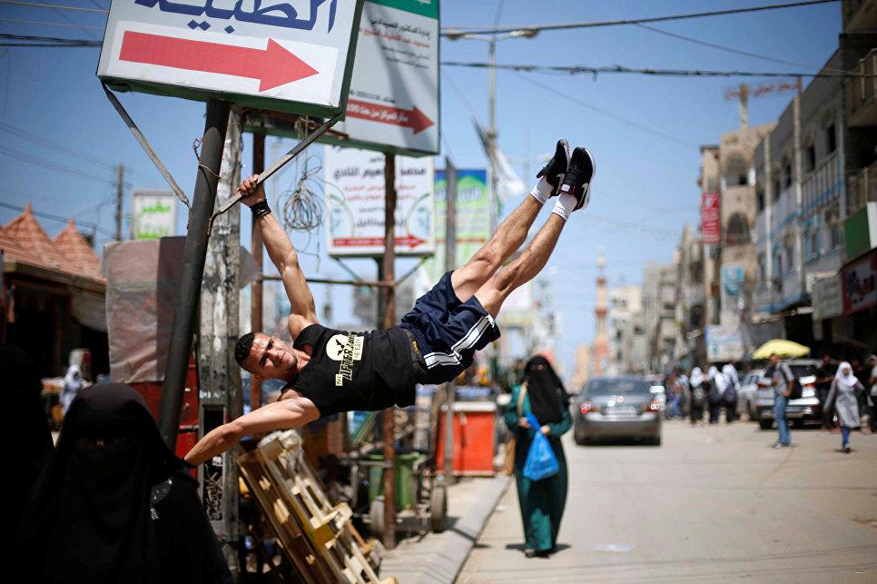 Парень на улице в лагере беженцев в центральной части сектора Газа