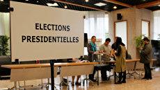 Голосование во втором туре президентских выборов 2017 года на избирательном участке в Во-ан-Велене, Франция, 7 мая 2017 года