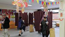 Люди голосуют во втором туре выборов президента Франции в 2017 году на избирательном участке в Париже, Франция, 7 мая 2017 года