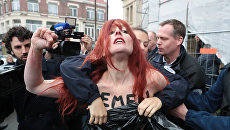 Активистка движения Femen во время акции против кандидата в президенты Марин Ле Пен