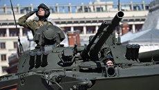 Военнослужащие на боевой машине десанта БМД-4 М Садовница на генеральной репетиции военного парада в Москве. Архивное фото