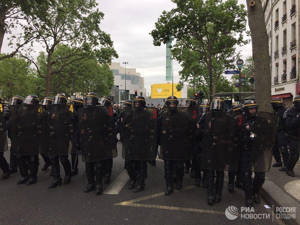 Милиция избила репортеров намарше против Макрона