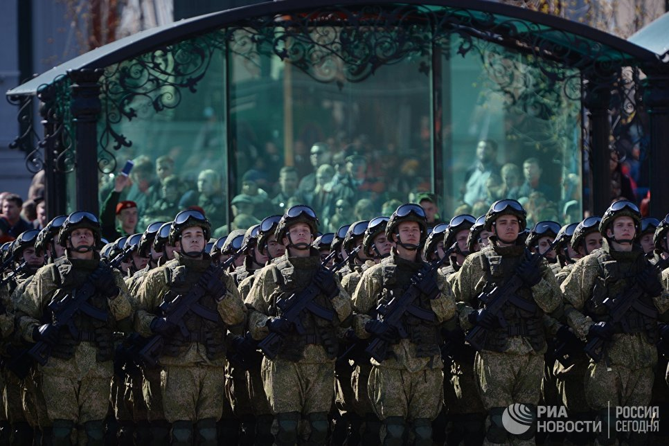 Военнослужащие во время военного парада, посвященного 72-й годовщине Победы в Великой Отечественной войне 1941-1945 годов, в Екатеринбурге