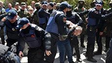 Сотрудники полиции обеспечивают порядок во время акции Бессмертный полк в Одессе