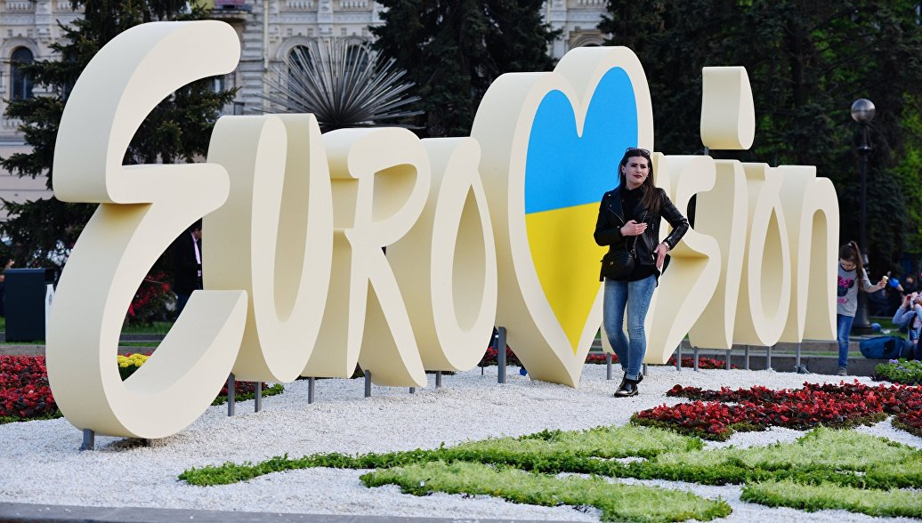 Символика международного конкурса эстрадной песни Евровидение в центре Киева. Архивное Фото.