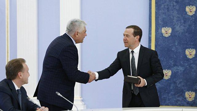 Медведев поздравил Колокольцева сднем рождения древней книжкой орыбалке