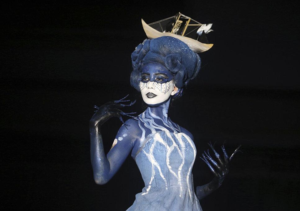 Модель во время показа моды в Индонезии