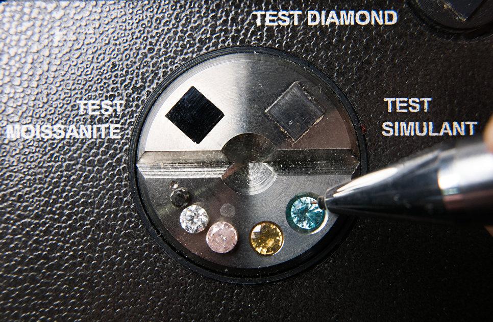 Лабораторное проведение тестирования качества бриллиантов