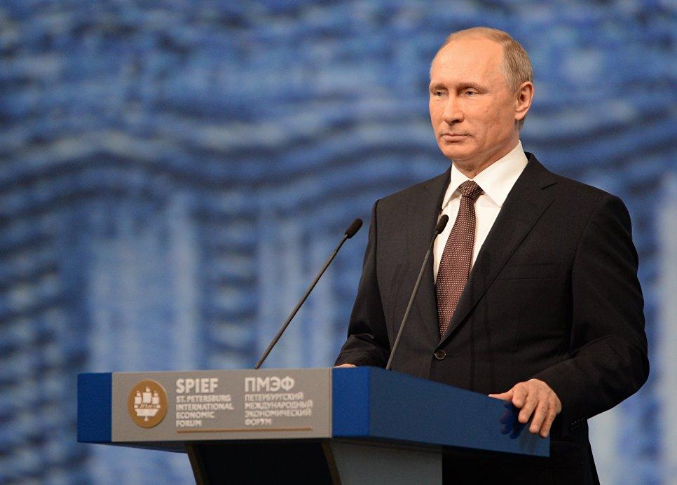Президент России Владимир Путин выступает на пленарном заседании На пороге новой экономической реальности в рамках XX Петербургского международного экономического форума в Санкт-Петербурге. 17 июня 2016