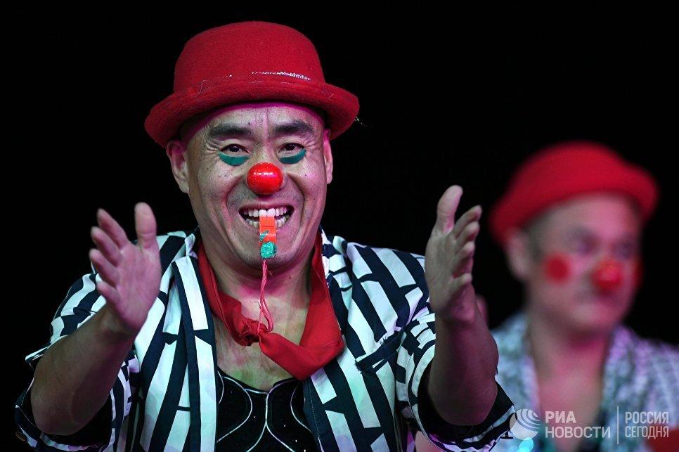 Артисты Императорского Пекинского цирка во время выступления в Вегас Сити Холле