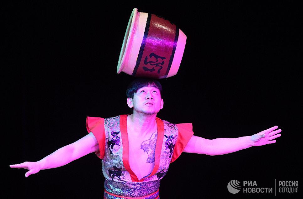 Артист Императорского Пекинского цирка во время выступления в Вегас Сити Холле